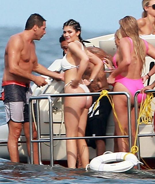 Kylie Jenner se proporcemi pomalu začíná přibližovat slavnější sestře Kim Kardashian.