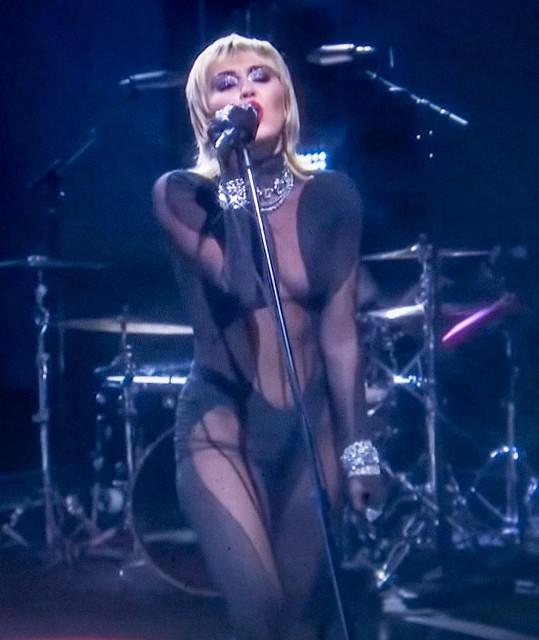 Miley Cyrus v modelu stejné značky na iHeartRadio festivalu na podzim loňského roku.