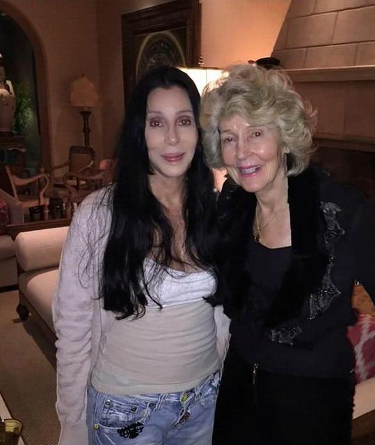Cher má velmi blízký vztah s matkou Georgiou Holt.