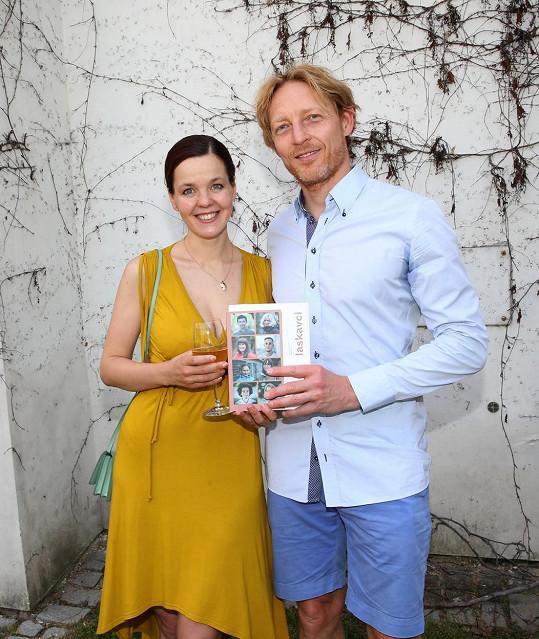 Karel Janeček s partnerkou Lilií Khousnoutdinovou na křtu knihy Laskavci, která obsahuje 7 příběhů inspirativních lidí.