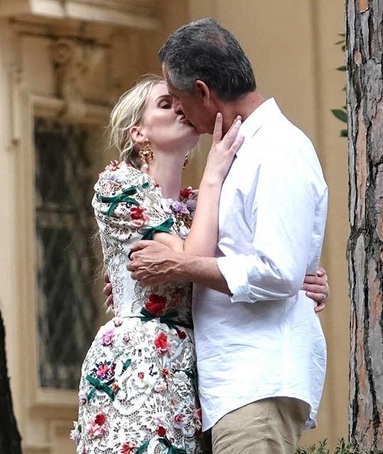 Za o 32 let staršího podnikatele se neteř princezny Diany provdala koncem července.