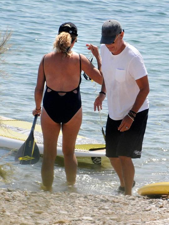 Manželé tráví dovolenou v Řecku.