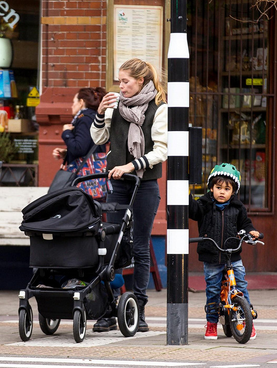 Kromě kočárku musela hlídat i syna Phyllona na kole.
