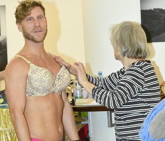 Zkouška spodního prádla pod šaty byla tentokrát neobvyklá.