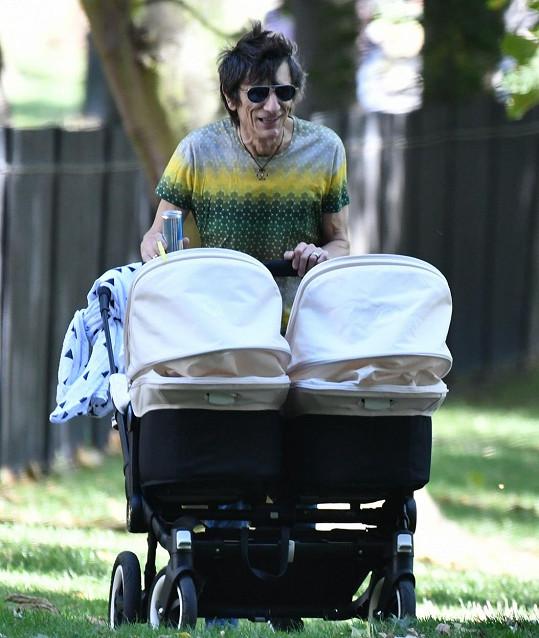 Ronnie si pozdní otcovství evidentně užívá...
