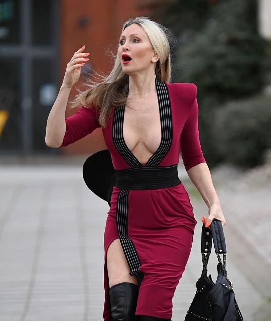 V sexy modelu budila na ulici pozornost.