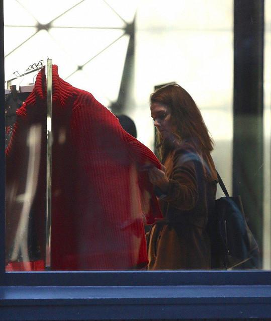 V cíli cesty se pak Katie zastavila v několika buticích.