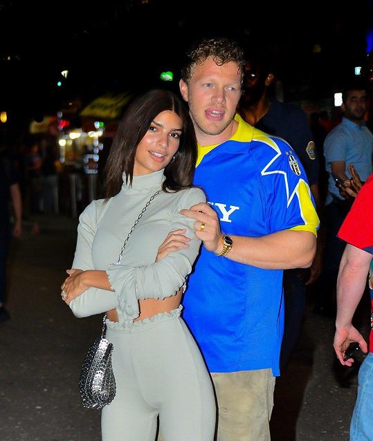 Emily je s manželem Sebastianem Bear-McClardem prý velmi šťastná.