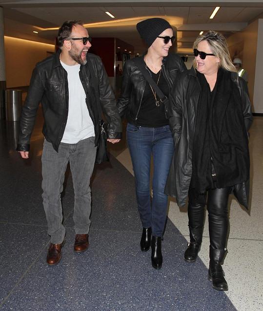 Sharon se sestrou a svou novou láskou na letišti v Los Angeles.