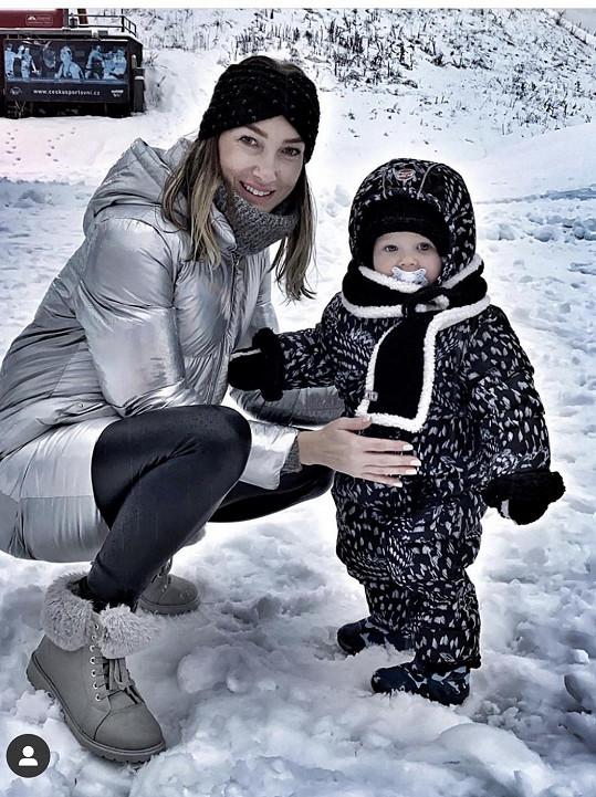 První sníh si užívala i Dominika Mesarošová se synem Eliánem.