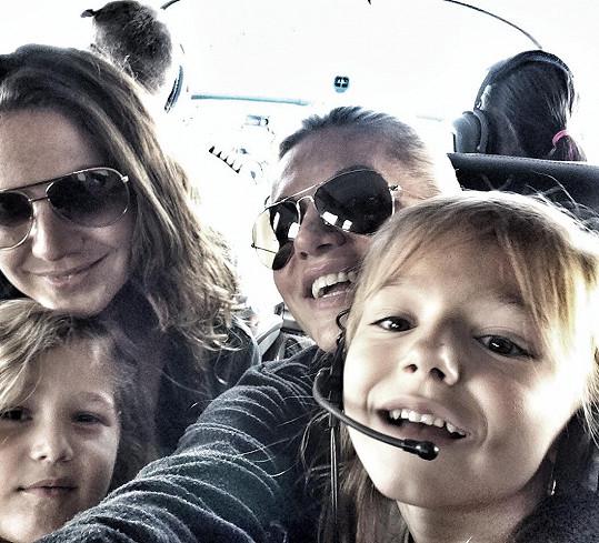 Dara odletěla do Řecka s partou kamarádek a jejich ratolestí.