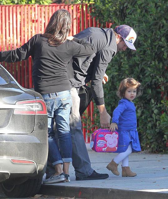 Roztomilá holčička s tátou Ashtonem a mámou Milou