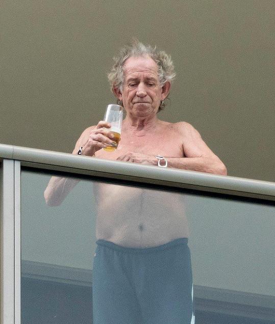 Keith Richards odhodil tričko a popíjel pivko.