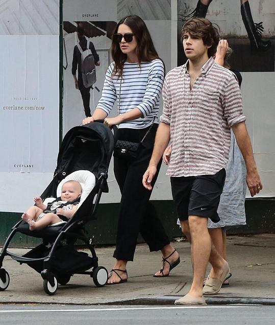 Herečka s dcerkou a manželem Jamesem Rightonem