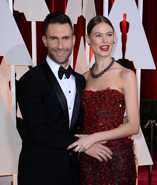 Adam Levine a Behati Prinsloo na loňském udílení Oscarů.