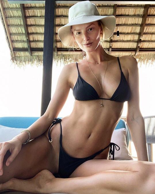 Její tělo vyniká v plavkách.