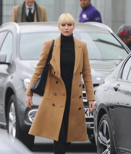 Jennifer ve scéně ze svého posledního filmu, kterou natáčela 3. května na letišti Heathrow v Londýně.