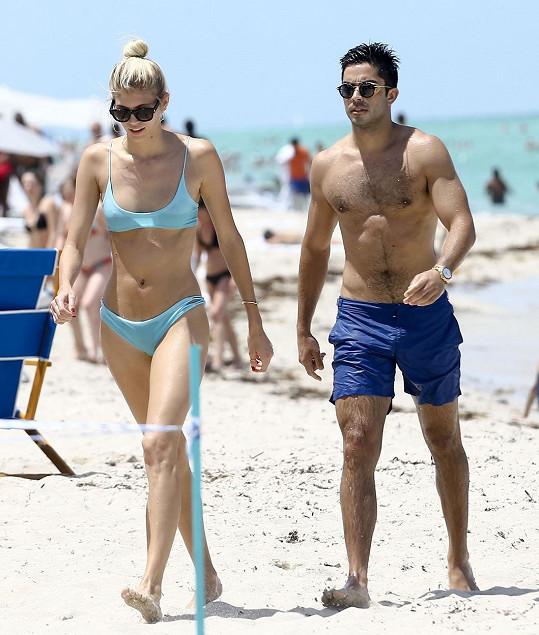 Modelka s pohledným partnerem na Miami