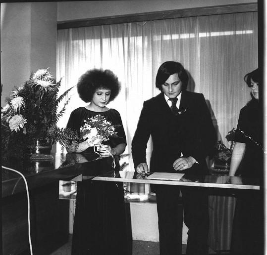 Na svatbě s Michalem Zelenkou v roce 1978 připomínala hlava zpěvačky mikrofon.