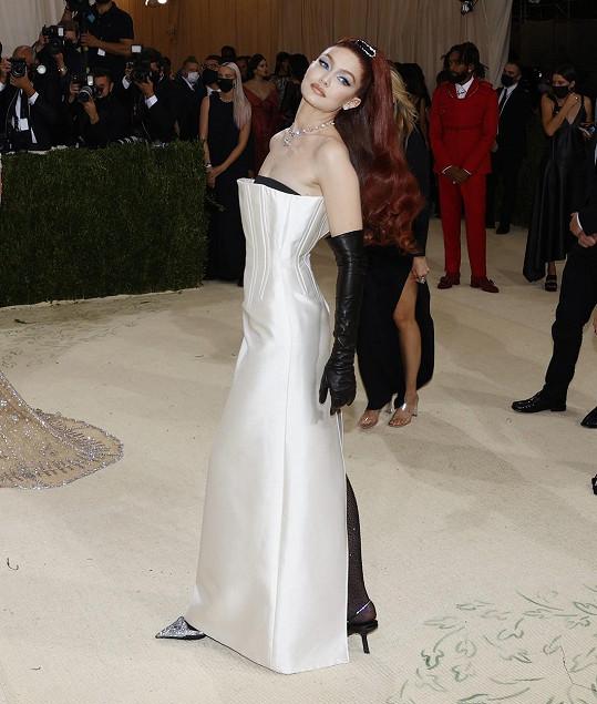 Modelka Gigi Hadid v šatech značky Prada