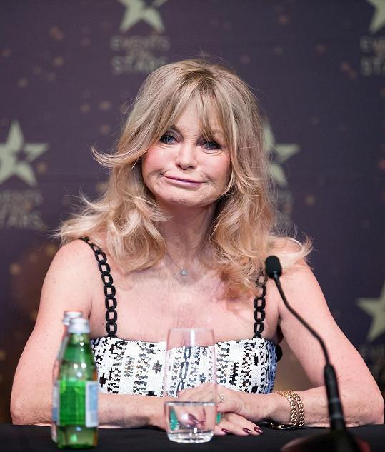 Goldie Hawn je stále plná sil. Plastiky obličeje ovšem nezapře.