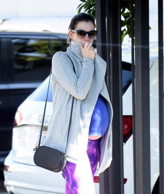 Anne Hathaway si dopřává návštěvy posilovny i v pokročilém stadiu těhotenství.