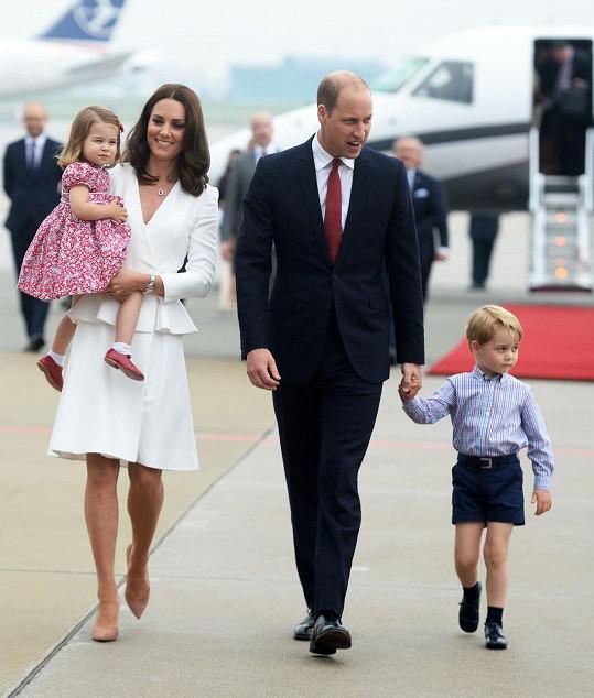 William vzal do Polska manželku Kate i jejich dvě děti.
