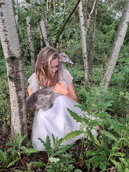 Lucie strávila mezi zvířátky na záchranné stanici celý den.