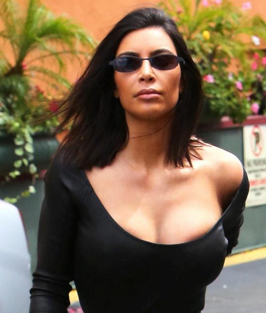 Kim předvedla napěchovaný dekolt.