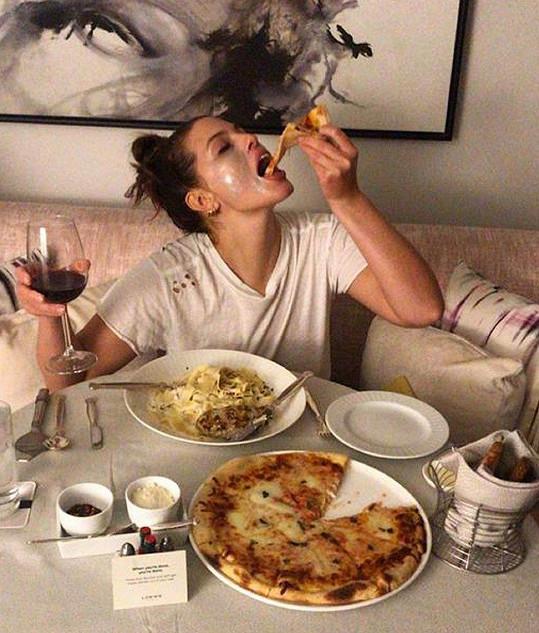 Ashley Graham není líná se pořádně najíst.