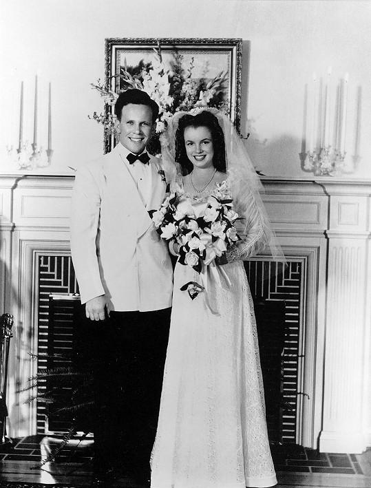 Poprvé vlezla Marilyn pod čepec v čerstvých šestnácti letech s Jimem Doughertym.