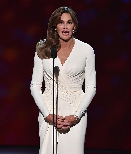 Caitlyn Jenner během přebírání ocenění za odvahu.