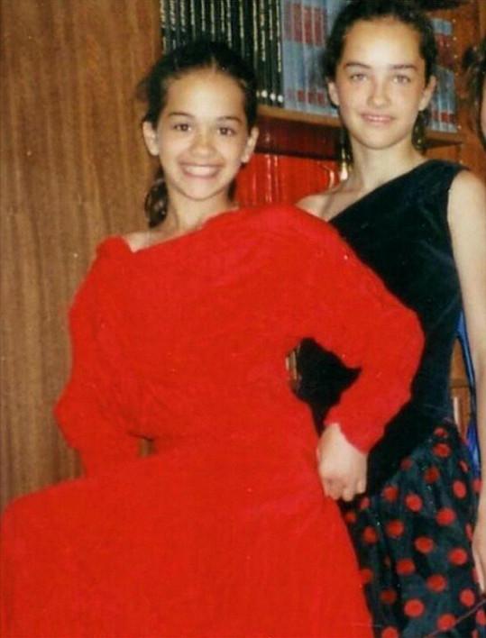 Malá Rita Ora na snímku s kamarádkou