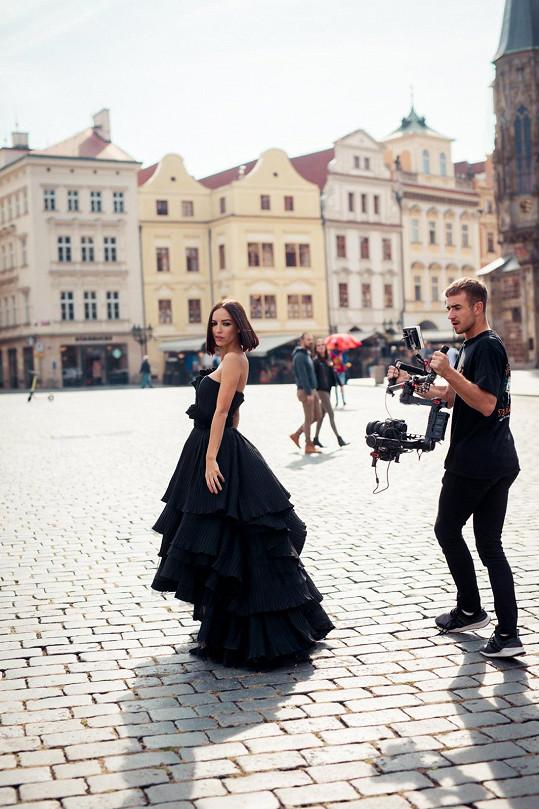 Petra Havlíčková během natáčení videa pro návrhářské duo Poner