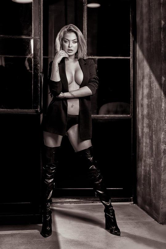 Kristýna využila na focení také své sexy kozačky, které nosí i v běžném životě.