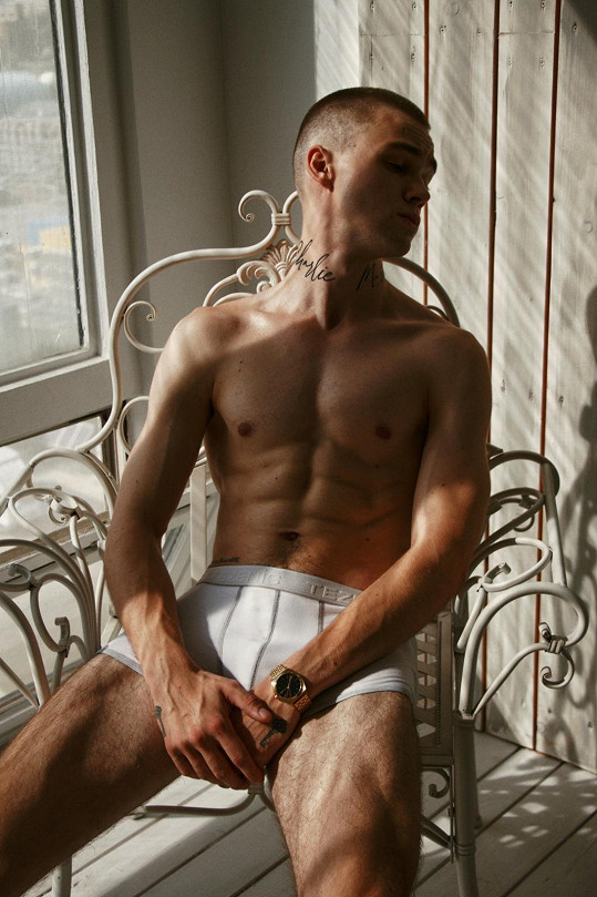Mikolas má za sebou kariéru modela, kterou si občas připomene. Nafotil například kampaň pro značku spodního prádla, v němž pózuje.