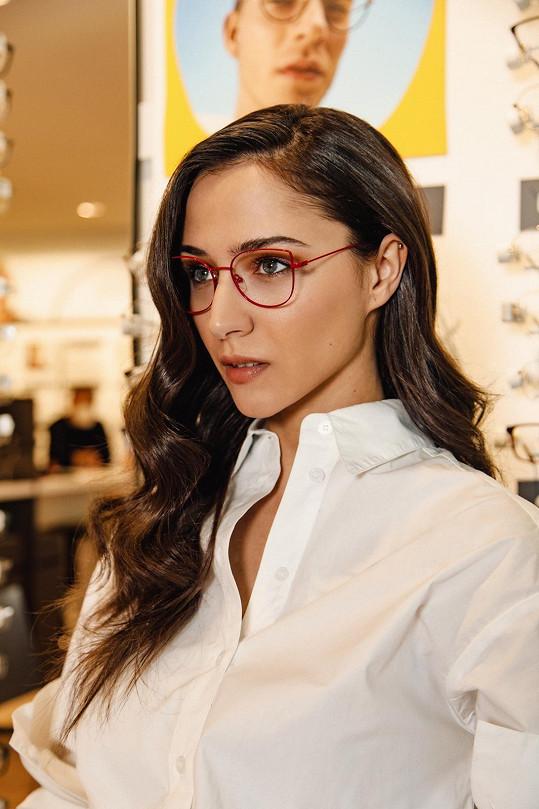 Eva zkoušela různé typy brýlových obrouček.