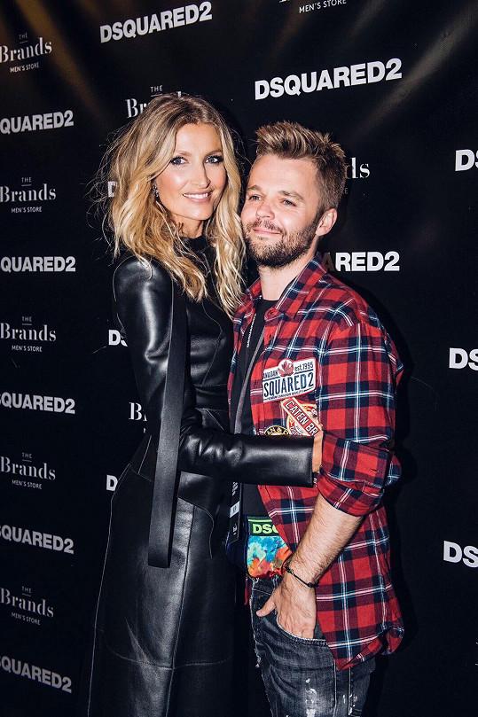 Na závěr fashion weeku dorazila na pozvání kamaráda, obchodního ředitele Petra Jindry.