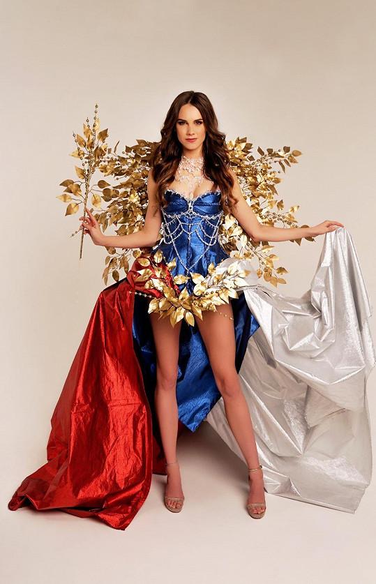 Bára Hodačová v národním kostýmu od Davida Hanykýře.