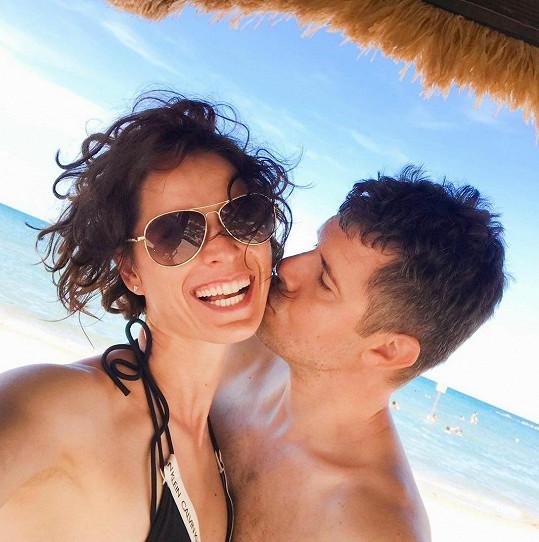 Iveta Kořínková si dovolenou užívá s partnerem.
