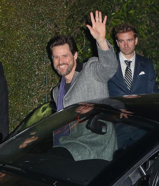 Snímek z pátečního večera (v Česku byla sobota dopoledne), kdy se Jim Carrey účastnil párty v Brentwoodu v Kalifornii.