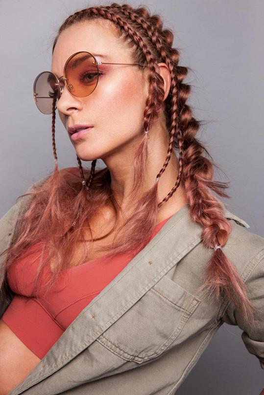 Vlasy má nyní růžové.