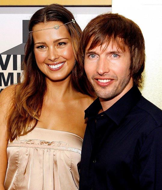 Modelka jeden čas randila také s populárním zpěvákem Jamesem Bluntem, kterého v roce 2006 doprovodila na MTV Video Music Awards. Takhle jim to spolu slušelo.