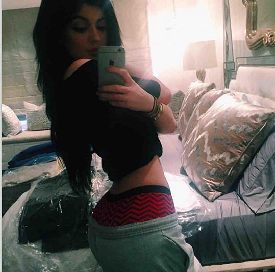 Kylie Jenner kopíruje sestru v pořizování fotek hýždí.