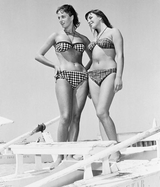 Se sestrou Joan Collins (vpravo) na dovolené v Itálii v roce 1954.