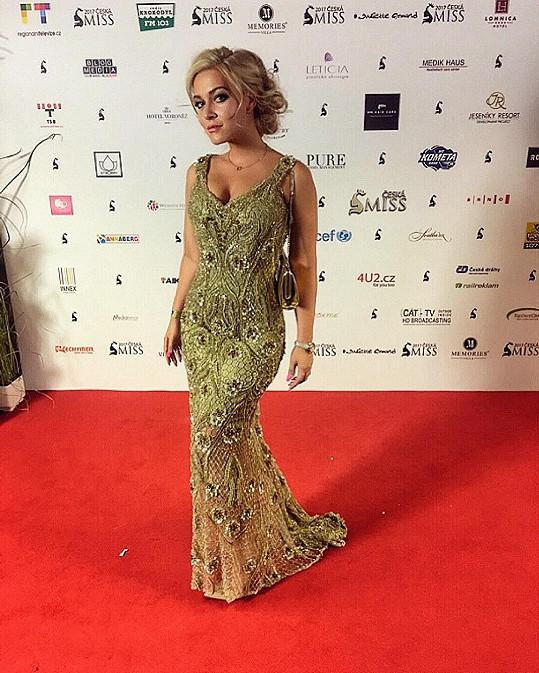 Elastický korzet šatů od Natali Ruden její přednosti opticky ještě zvětšil.