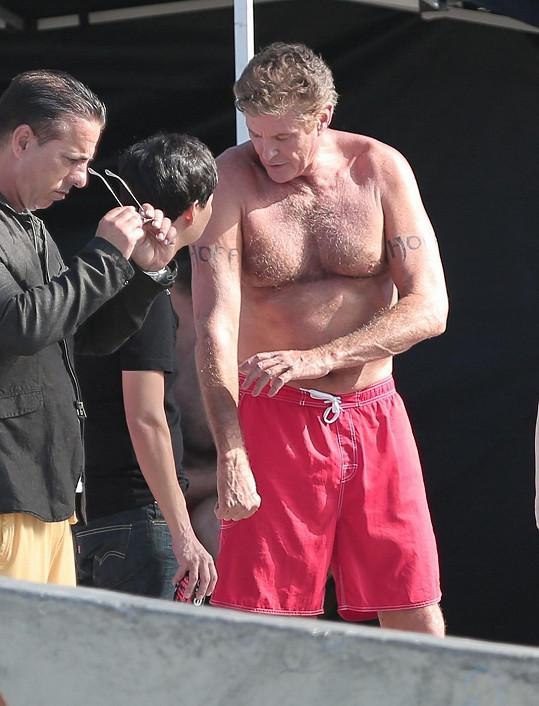David se vrátil k záchranářským plavkám.