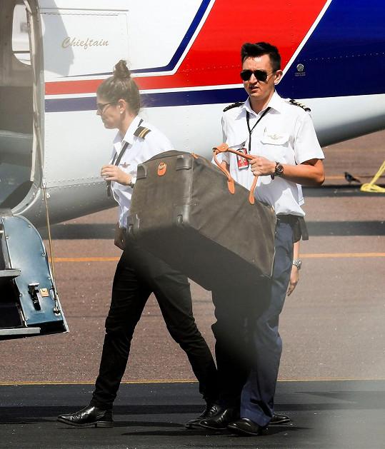 Ještě bagáž a můžou pokračovat ve své svatební cestě.