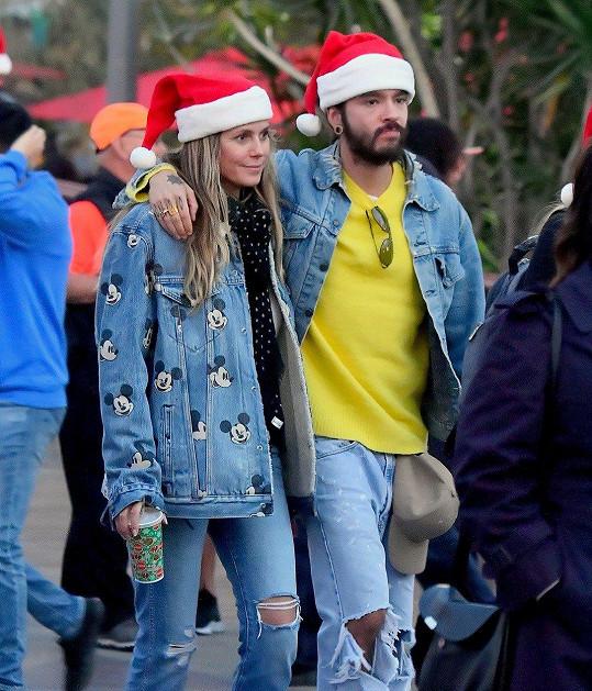 Heidi a Tom na procházce 23. prosince. Na modelku překvapení teprve čekalo.