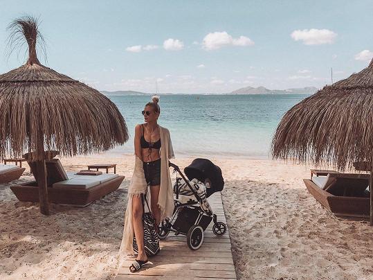 Na Mallorce si užívala dovolenou s desetiměsíční dcerou Emmou.